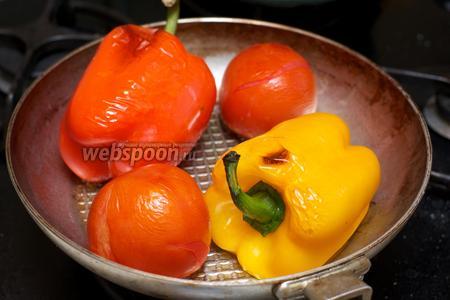 Запекать при температуре 200 °С 20-25 минут, так чтобы кожица на овощах потрескалась.  Затем овощи остудить.
