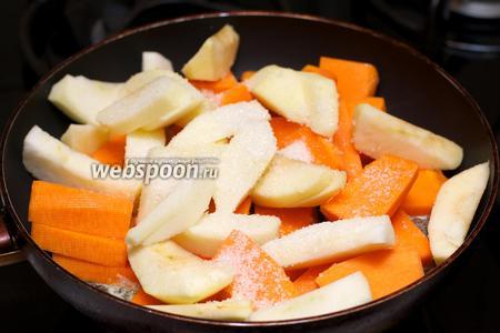 В глубокой сковороде разогреть сливочное масло, выложить тыкву с яблоками и добавить сахар. Накрыть крышкой и тушить 10-15 минут (если тыква сухая и не даёт сок, то добавьте 0,5 стакана воды), периодически помешивая.