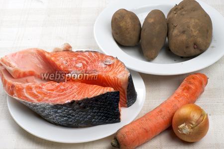 Для приготовления ухи возьмём сёмгу, морковь, лук, картофель и специи.