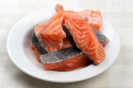 Рыбу хорошо помыть, удалить чешую и порезать на порционные куски.