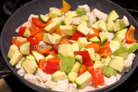 Затем добавить овощи и хорошо всё перемешать.