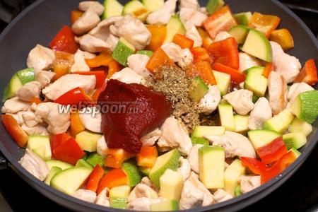 Добавить томатную пасту, соевый соус и орегано.