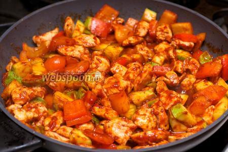 В готовое блюдо добавить по вкусу чёрный молотый перец.