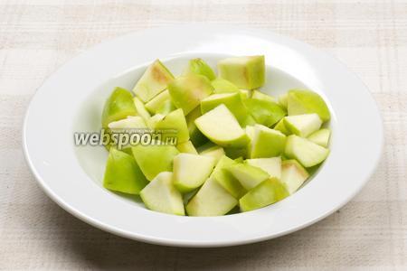 Яблоки помыть, удалить сердцевину и порезать кубиками.