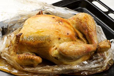 С готовой курицы удалить нитки и можно подавать с любимым гарниром.
