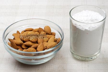 Для приготовления конфет понадобится сырой миндаль, сахарная пудра, вода и шоколад.