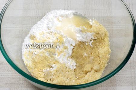 Соединить сахарную пудру, измельчённые орехи и 1 столовую ложку воды.
