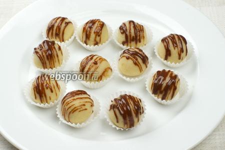 Разложить марципаны в бумажные формочки для конфет и можно подавать.