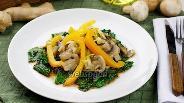 Фото рецепта Тёплый салат с грибами и шпинатом