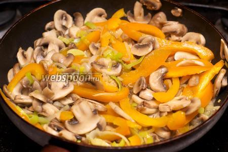 Готовые овощи переложить в тарелку и накрыть крышкой.