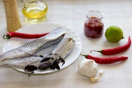 Для приготовления понадобится рыба, перец чили, томатная паста, лайм, рафинированное оливковое масло, чеснок и специи. Мы взяли рыбу Аргентина, но подойдет любая другая.