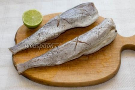 Процесс приготовления начинаем с того, что делаем крестообразные надрезы на рыбе, солим, перчим её и выдавливаем одну половинку лайма. После чего, отправляем рыбу в холодильник мариноваться на 30 минут.