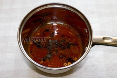В посуду с прожаренным чесноком и орегано добавляем томатную пасту, перец чили, сушенный базилик, щепотку соли и выдавливаем половинку лайма. Тушим на медленном огне 10 минут.