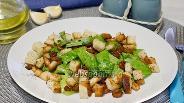 Фото рецепта Салат с креветками и сухариками