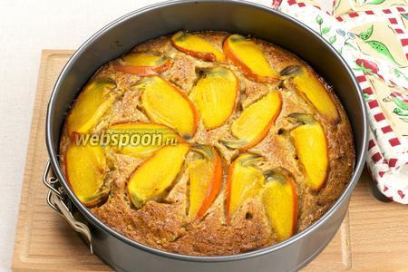 Выпекаем торт в разогретой до 175°С духовке в течение 80 минут, готовность проверяем лучиной.