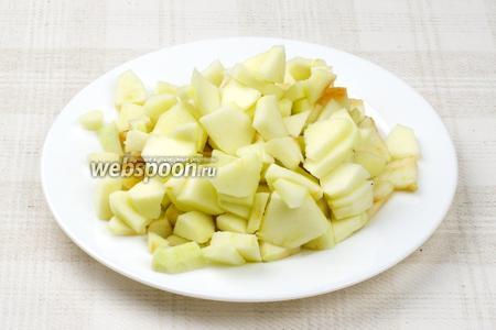 Яблоки надо помыть, почистить от кожуры и семечек и нарезать дольками.