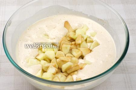 Затем добавить порезанные яблоки и ещё раз перемешать.