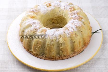 Готовую шарлотку остудить в форме, затем аккуратно вынуть и присыпать сахарной пудрой. Пышная и лёгкая яблочная шарлотка готова!