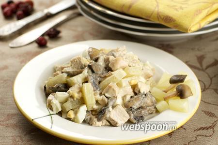 Тёплый салат с курицей и ананасами