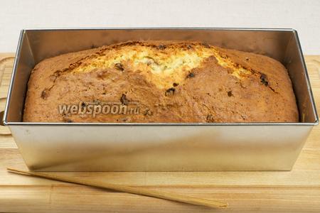 Выпекать кекс в разогретой до 180 °С духовке 70-90 минут, готовность проверять деревянной шпажкой (она должна выходит из теста сухой). Готовый кекс посыпать сахарной пудрой.