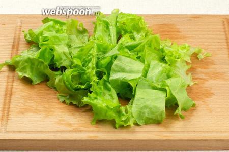 Листья салата помыть, хорошо высушить и порезать.