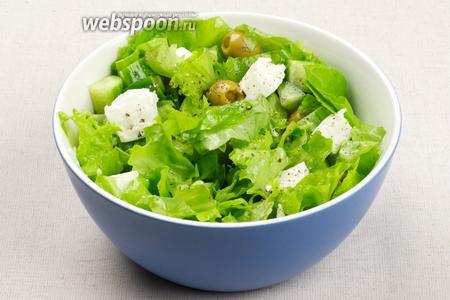 Соединить все продукты, добавить 3-4 столовых ложки оливкового масла и свежемолотый чёрный перец — аккуратно перемешать.