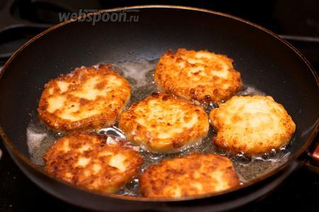 Сформировать из теста сырники, обвалять в муке и обжарить на хорошо разогретой сковороде с двух сторон до золотистого цвета.