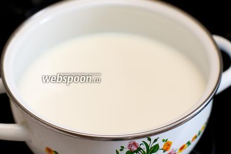 Молоко (300 мл) хорошо подогреть, но не доводить до кипения.