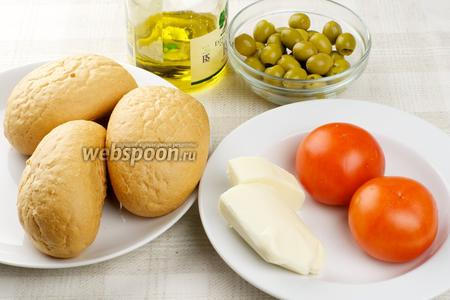 Ингредиенты для горячих бутербродов с моцареллой и помидорами — булочки, сыр, помидоры, оливки и оливковое масло.