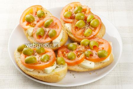 Сбрызнуть ещё чуть-чуть оливковым маслом. Посыпать сухим базиликом, чёрным молотым перцем и добавить щепотку соли.