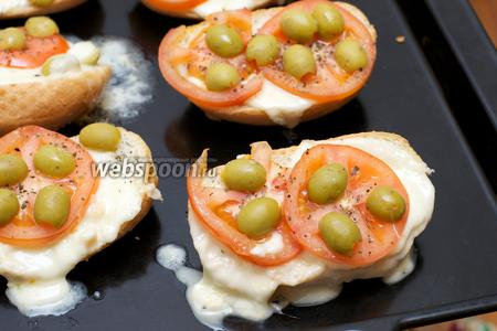 Выложить бутерброды на противень и запекать в разогретой до 160 °С духовке 15-20 минут.