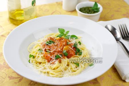 Спагетти с помидорами и базиликом