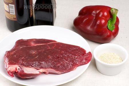 Для приготовления телятины с кунжутными семечками необходим соевый соус, сладкий перец и специи.