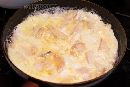 Добавить яйца, посолить и жарить 5-6 минут до готовности. Подавать присыпав зеленью.