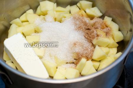 В небольшой кастрюле соединить яблоки, сливочное масло, сахар, 2 чайные ложки корицы и сок половины лимона.