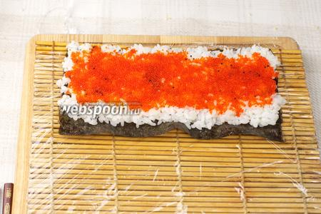 На рис выкладываем тобико красного цвета — ровным тонким слоем.