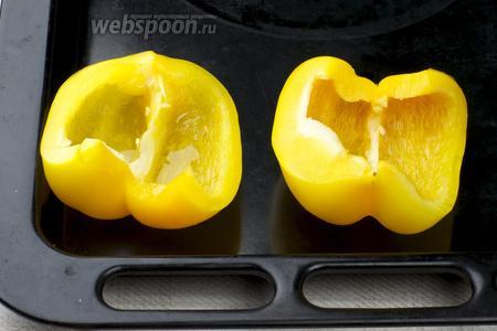 Сладкий перец помыть, разрезать пополам, удалить семена. Взбрызнуть растительным маслом и запечь в духовке 20 минут при температуре 180 °С.