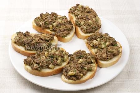 Запекать в разогретой до 200 °С духовке 5-6 минут. 1 огурец порезать кружочками и украсить готовые бутерброды. Подавать тёплыми.