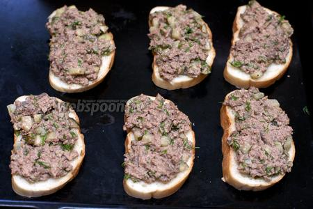 Ломтики хлеба смазать начинкой и выложить на сухой противень.