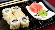 Фото рецепта Урамаки с лососем в кунжуте
