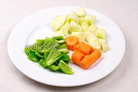 Морковь, сладкий перец и яблоко помыть, очистить и крупно порезать.