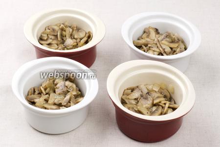В формочки для классического жульена выложить грибы шампиньоны.