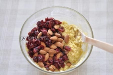Добавьте в тесто орехи и сухофрукты.