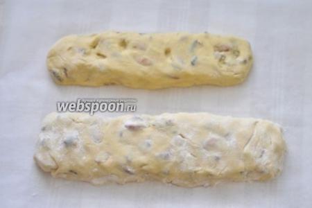 Разделите тесто на две части, подпылите стол мукой и сформируйте два «батона».  Выпекайте печенье при 150 °С в течение 30-40 минут. Печенье должно пропечься, но не покоричневеть. Остужаем на решётке (чтобы проветрилось со всех сторон) 10 мин.