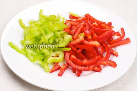 Перец хорошо помыть, удалить семена и порезать соломкой.