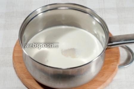Молоко, сливки и 25 грамм сахара смешайте и доведите до кипения.