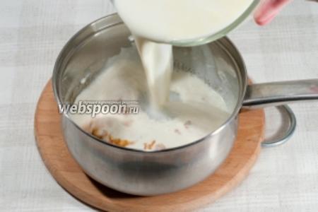 Добавьте в растопленный сахар смесь из молока и сливок (помните о температуре). И варите после закипания ещё 1-2 минуты.