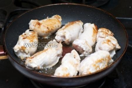 В сковороде разогреть 2 ст. л. растительного масла и обжарить рулетики до румяного цвета.