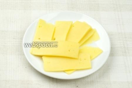 Твёрдый сыр нарезать тонкими пластинами.
