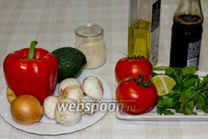 Для приготовления салата вам понадобятся: авокадо среднего размера, три сырых шампиньона, небольшая луковица, зелень, половинка лайма, соевый соус и оливковое масло.